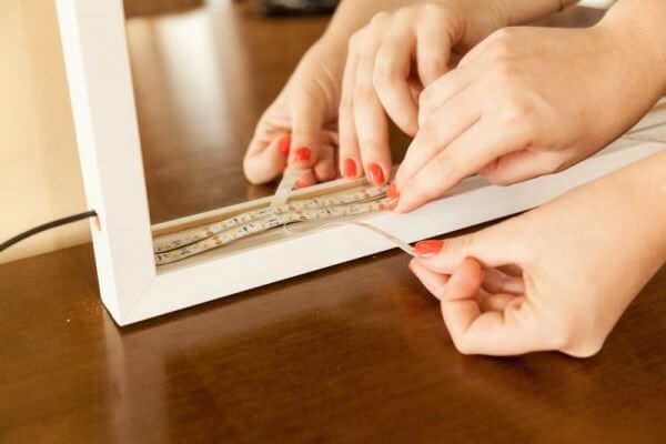 O espelho com fita de led é uma alternativa econômica para decoração