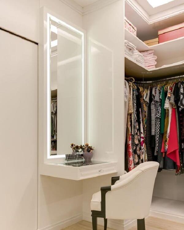 O espelho com iluminação led é perfeito para ambientes com closet