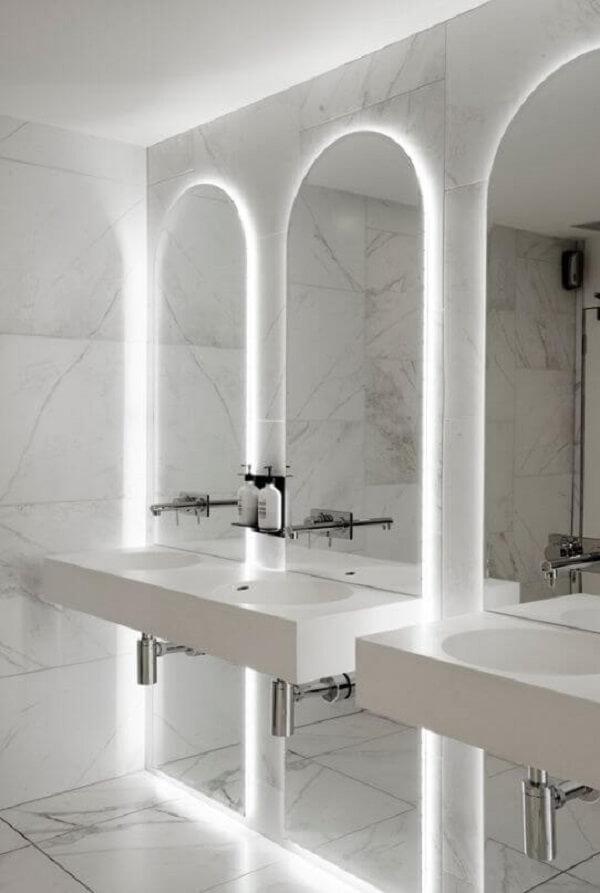 O espelho com iluminação led deixa o banheiro sofisticado