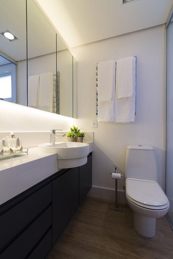 O espelho com iluminação led do armário traz ainda mais funcionalidade ao móvel