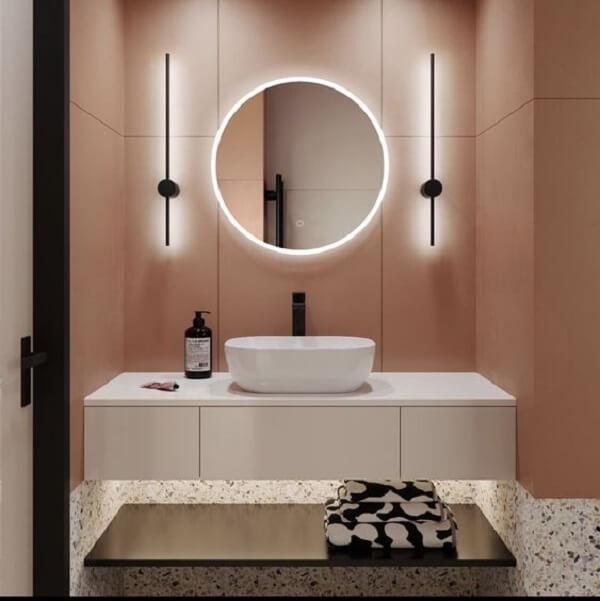 O espelho com luz de led embutida foi fixada sobre a bancada de banheiro