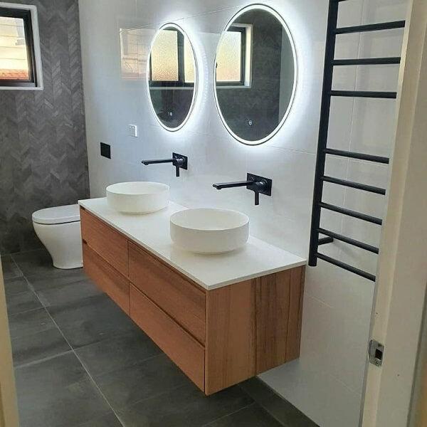 O espelho de banheiro com led em formato redondo é glamoroso