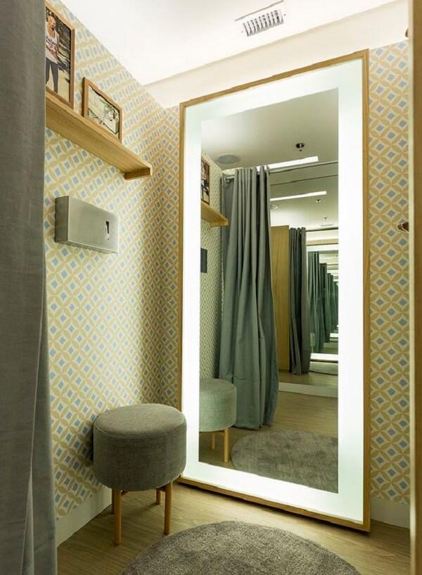 O espelho grande com led é perfeito para áreas de closet