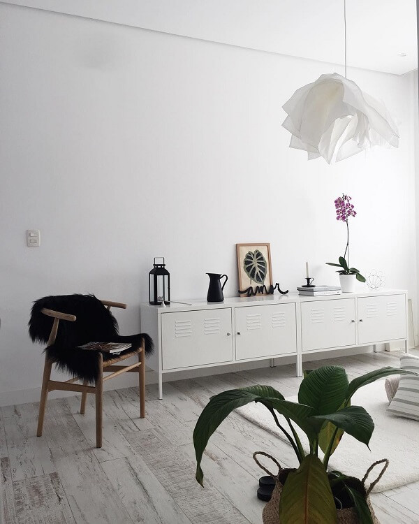 O piso cor de madeira em tom claro concede ao espaço uma decoração clean
