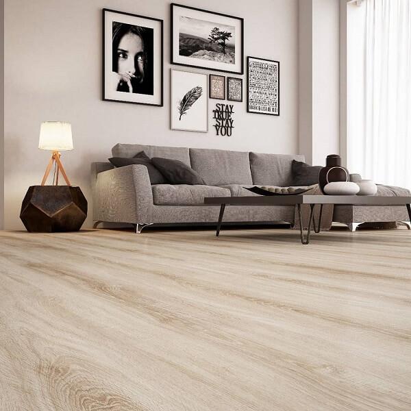 O piso cor de madeira laminado é prático e rápido de instalar