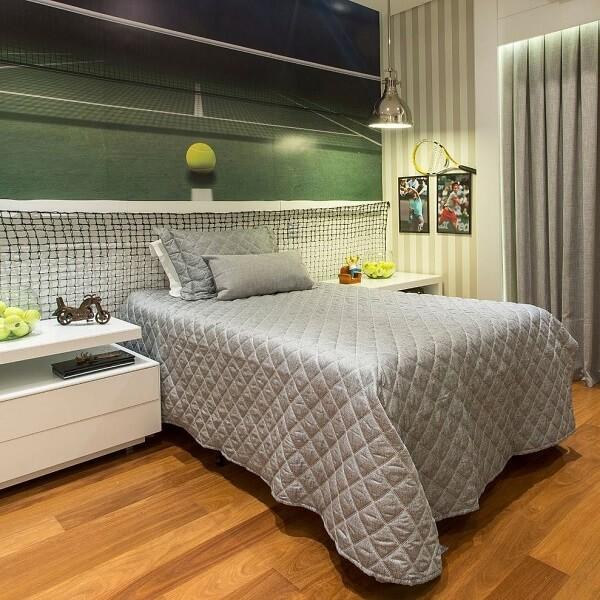 O piso cor de madeira se conecta com diferentes propostas de decoração