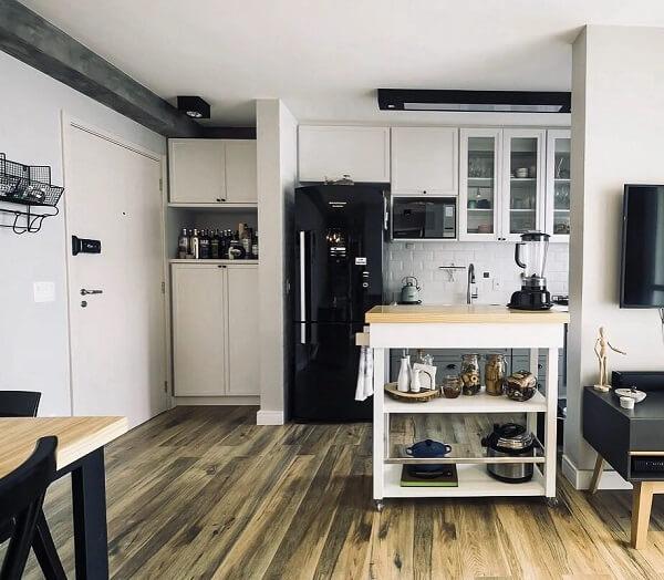 O piso cor de madeira traz ares rústicos para os apartamentos urbanos
