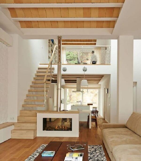 O piso de madeira clara se harmoniza com o restante da decoração da casa sobrado