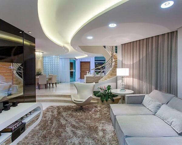 Sala grande com tapete felpudo