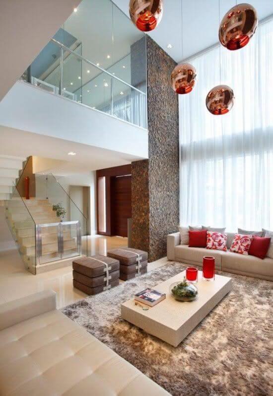O tapete shaggy bege escolhido se harmoniza com a decoração da sala