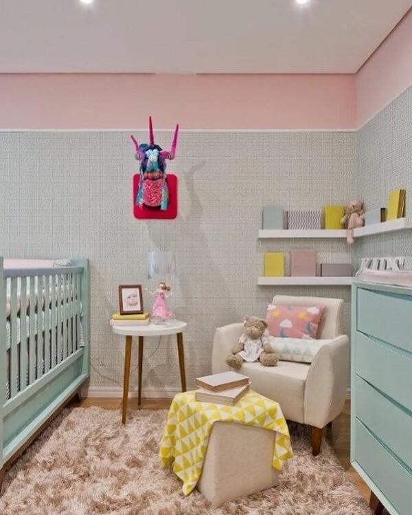 O tapete shaggy bege traz aconchego para esse quarto de bebê