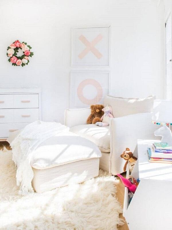 O tapete shaggy branco fica perfeito para decorar ambientes com um toque mais romântico