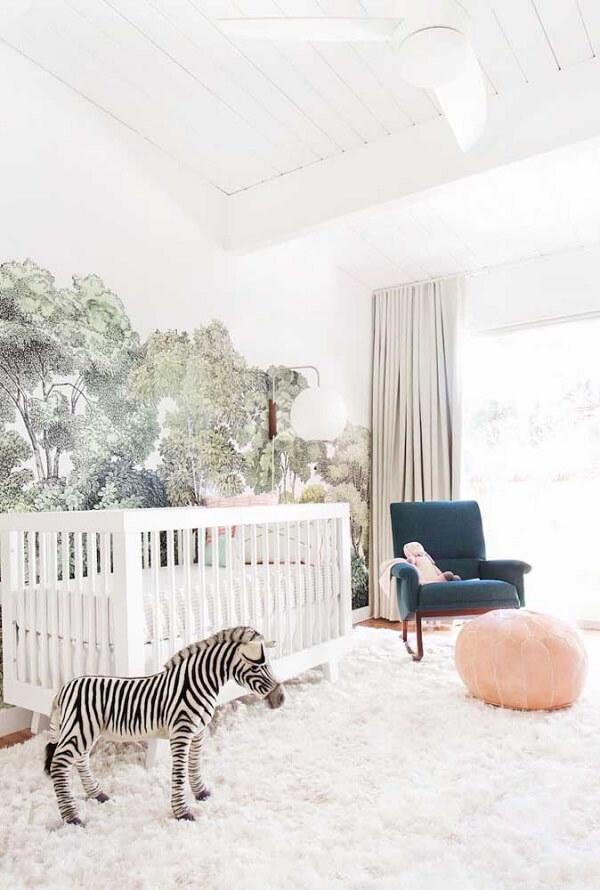 O tapete shaggy branco toma conta do quarto de bebê todo