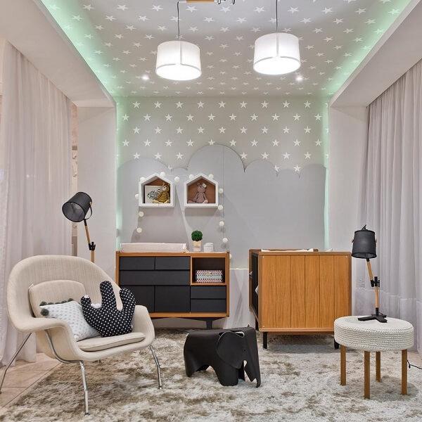 O tapete shaggy cinza em formato quadrado foi o escolhido para a decoração do quarto de bebê
