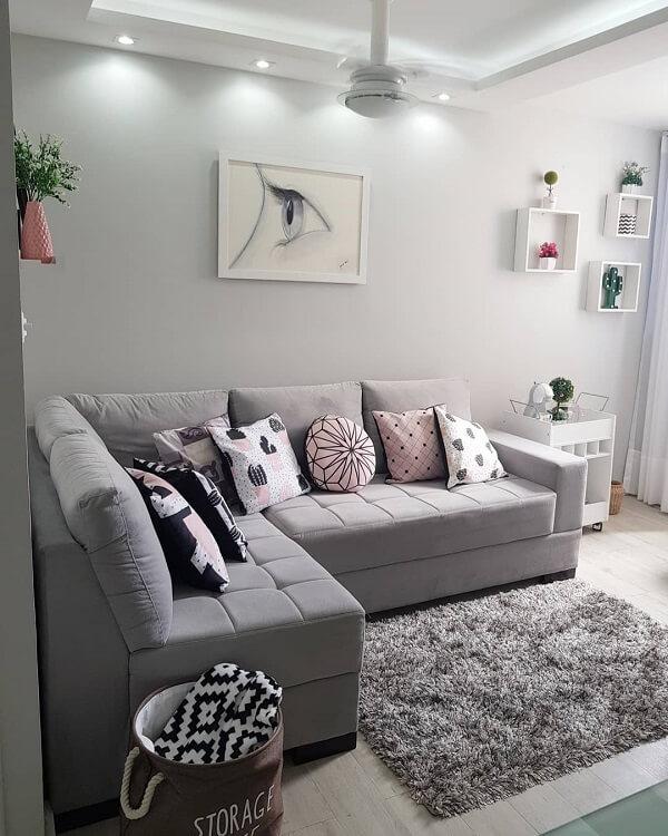 O tapete shaggy cinza se conecta com o restante da decoração
