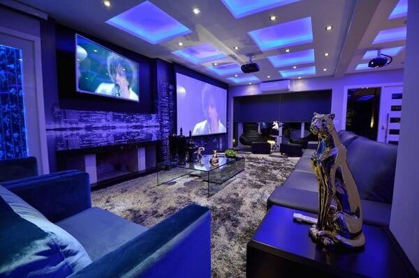 O tapete shaggy cinza valoriza a decoração da sala de tv