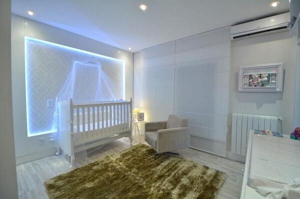 O tapete shaggy fio de seda em tom verde traz descontração para o quarto de bebê