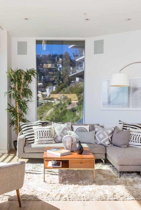 O tapete shaggy neutra se conecta com o sofá cinza