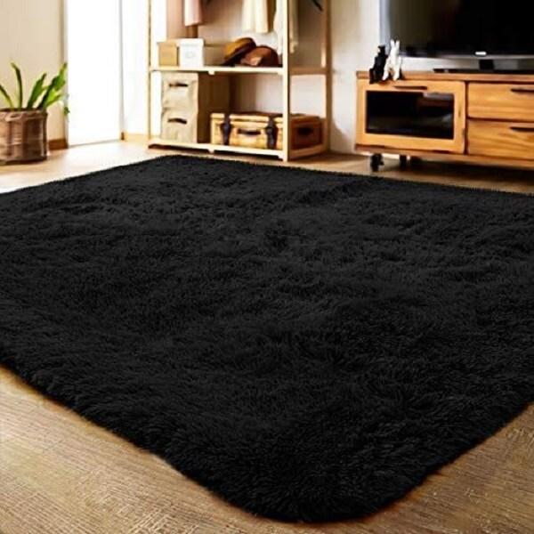 O tapete shaggy preto é versátil e combina com qualquer estilo de decoração