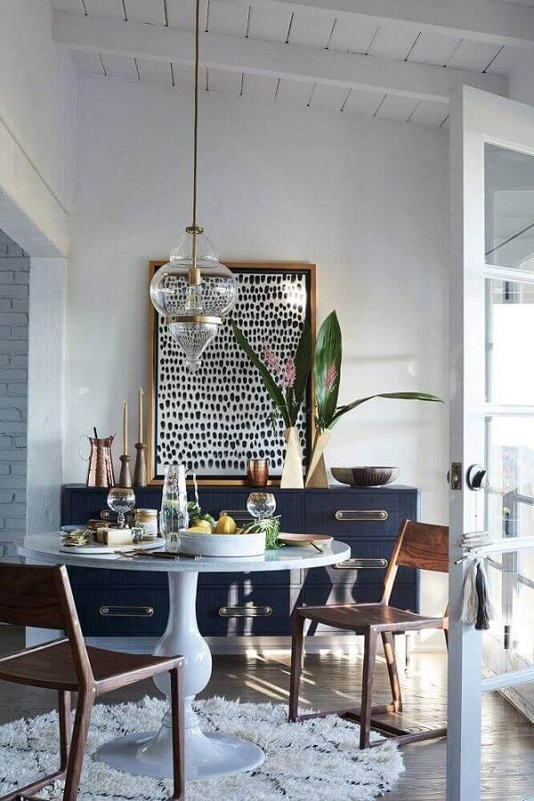 O tapete shaggy redondo delimita a área da sala de jantar
