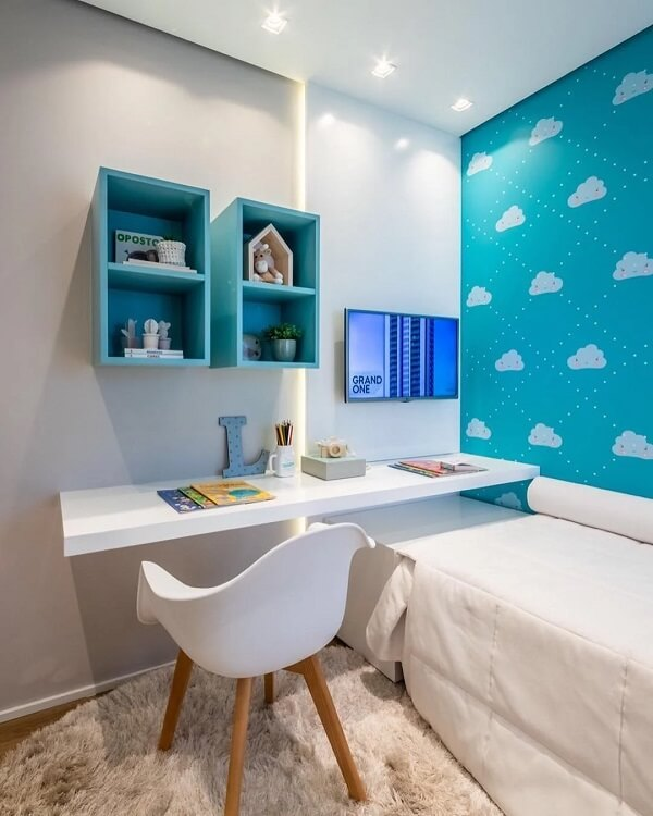 O tapete shaggy redondo traz equilíbrio para a composição do dormitório