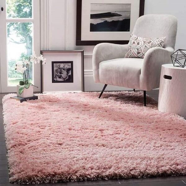 O tapete shaggy rosa traz um toque de cor para o cômodo