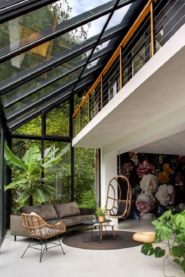 O teto de vidro dessa casa com sobrado permite a entrada de luz natural
