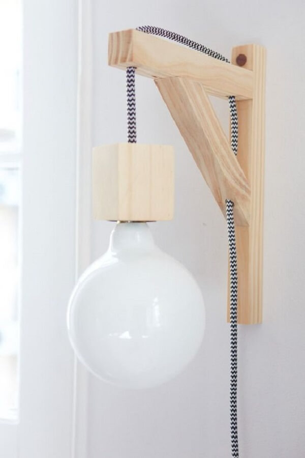 O tom claro da arandela de madeira para parede se conecta com diferentes estilos de decoração