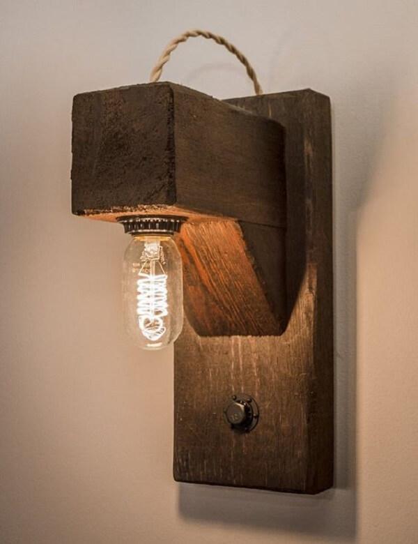 Os filamentos da arandela de madeira para parede chamam a atenção