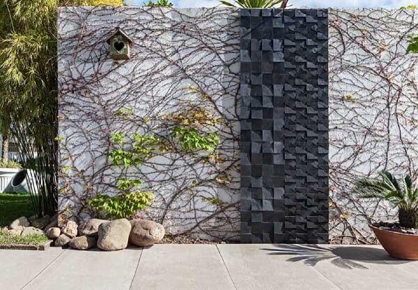 Os galhos fazem charme e são ótimos para decorar muro chapiscado