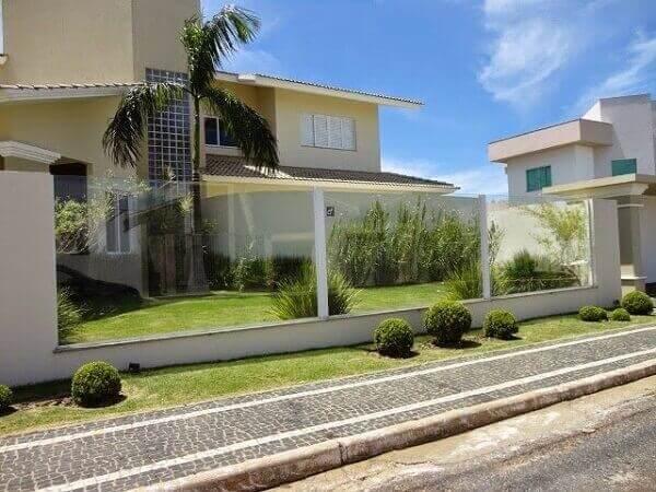 Os muros decorados de vidro valorizam o paisagismo interno do imóvel
