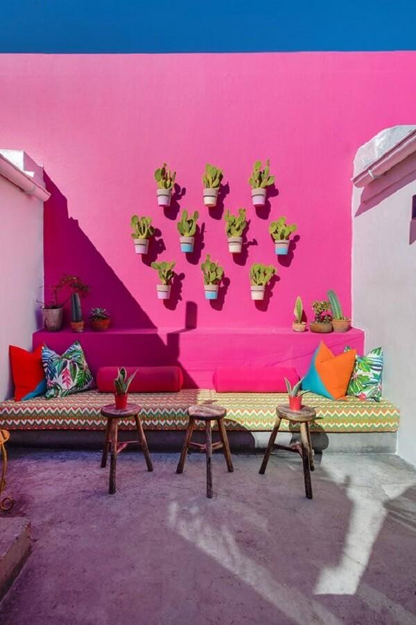 Os vasos de plantas podem ser usados na decoração de muro externo