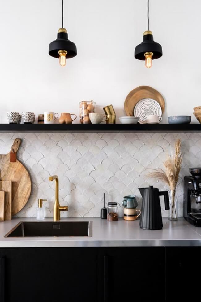 Para criar um contraste na cozinha clean procure investir em luminárias, prateleiras, eletrodomésticos e utensílios pretos
