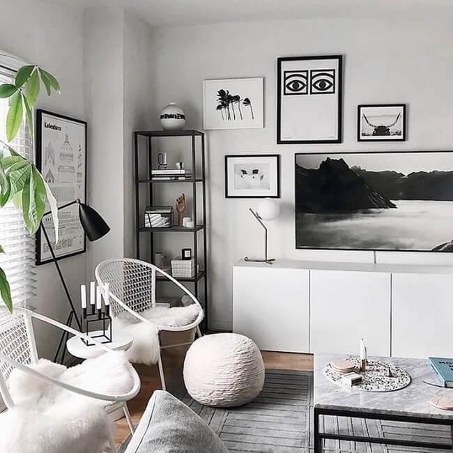 Para promover o equilíbrio entre os tons preto e branco, uma dica é investir em móveis brancos para fazer contraponto a itens de decoração na cor preta