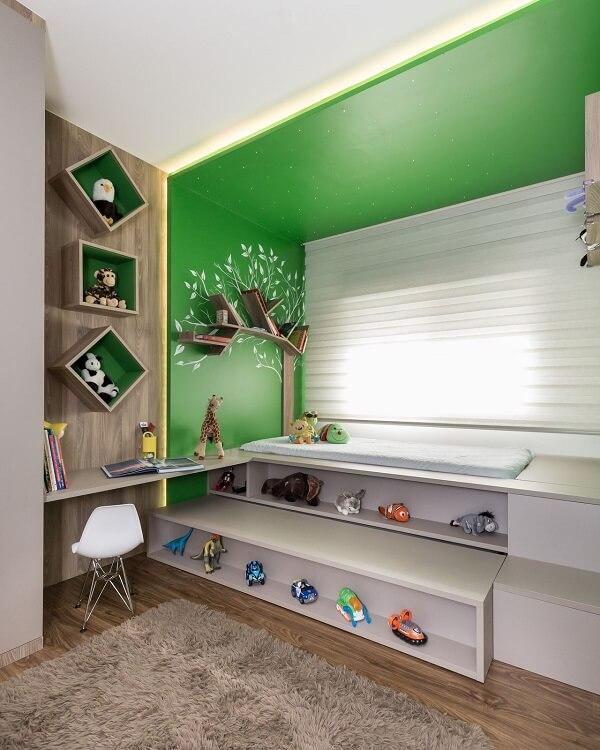 Persiana com tecido branco e tapete shaggy cinza decoram o quarto