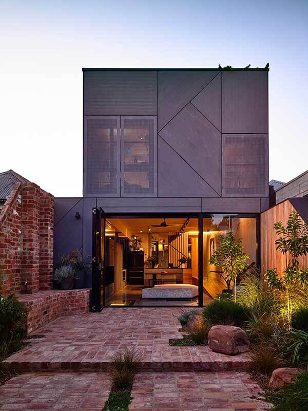 Projeto de casa sobrado moderno feito com tijolos