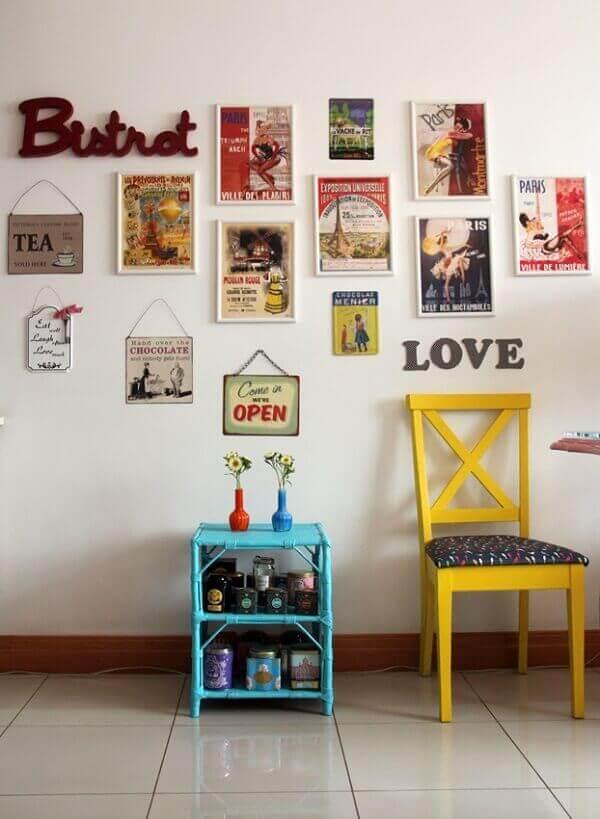 Quadros e placas decorativas vintage são perfeitos para complementar a decoração da parede