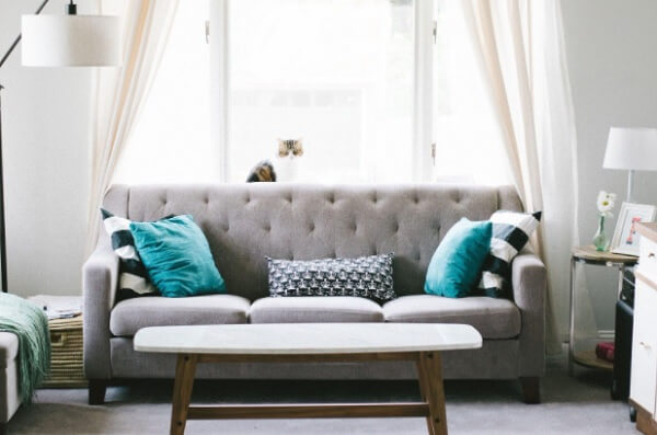 Quando for repaginar o visual de sua casa evite acumular móveis e objetos de decoração nos ambientes