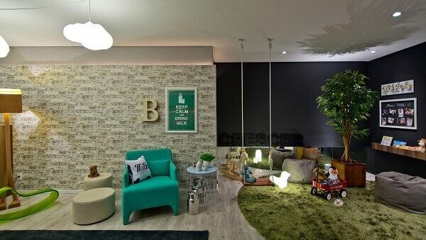 Quarto infantil com parede preta e tapete shaggy luxo verde