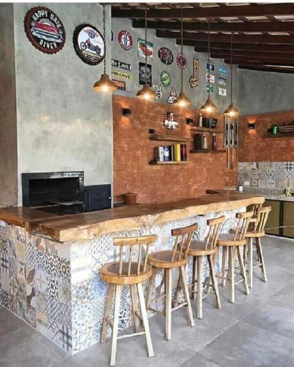 Reserve um espaço na parede para fixar diversas placas decorativas para churrasqueira