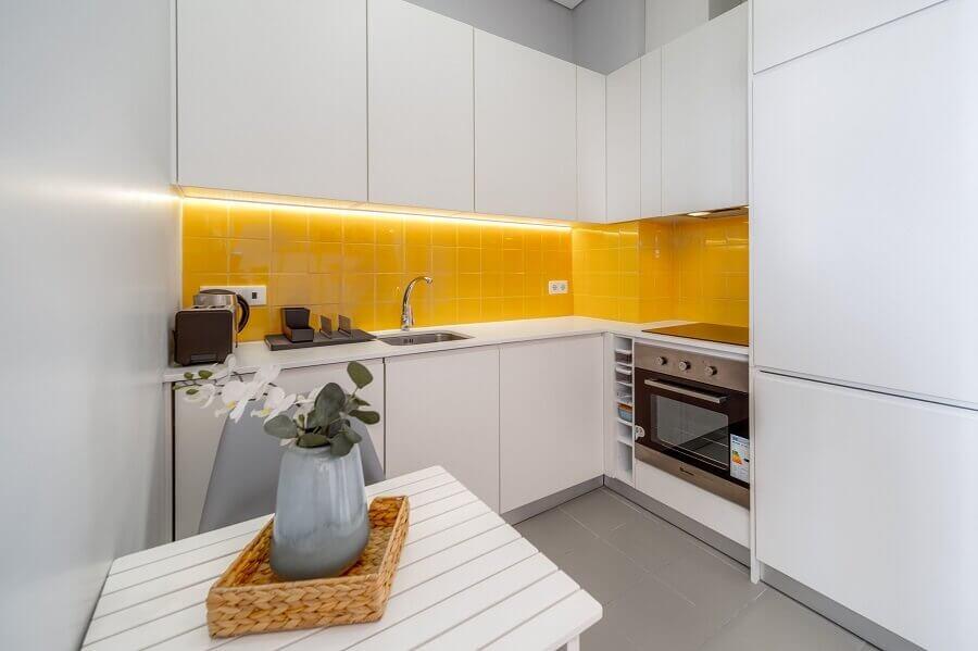 Revestimento amarelo para decoração de cozinha planejada com armários brancos Foto habitissimo