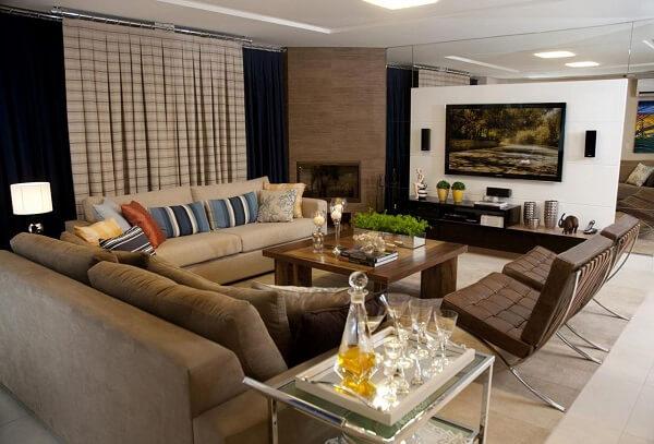 Sala de estar com poltrona barcelona em couro