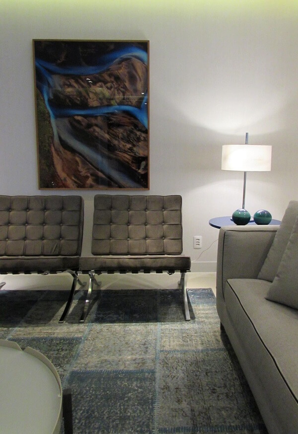 Sala de estar com poltrona barcelona