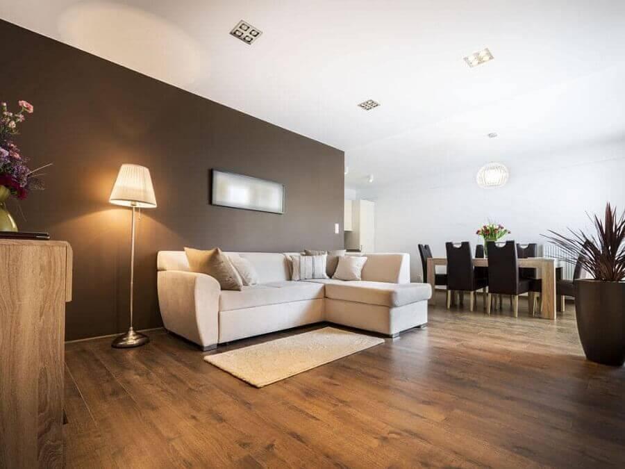 Sala de estar decorada com piso de madeira Foto habitissimo
