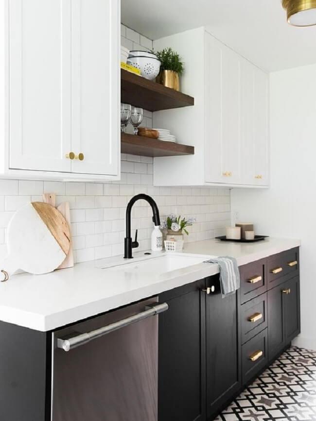 Se a sua cozinha é pequena procure combinar móveis claros com revestimentos pretos para dar a sensação de amplitude
