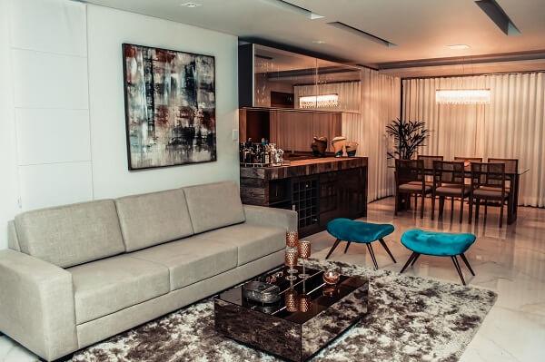 Tapete shaggy marrom e mesa de centro espelhada para sala de estar