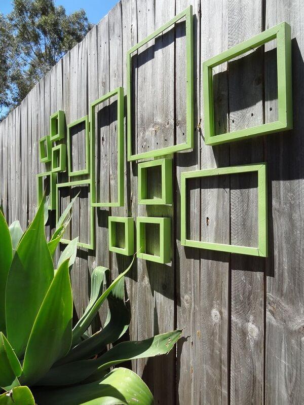 Use molduras de quadros na decoração para muro