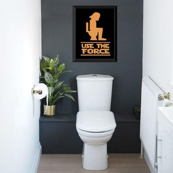 Utilize placas decorativas para banheiro com frase engraçada