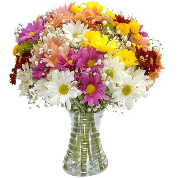 Vaso com margaridas coloridas alegram a decoração