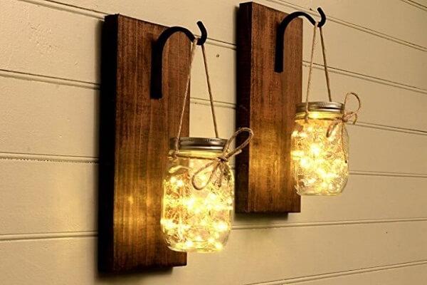 Você pode fazer sua própria arandela de madeira externas, como estas que são feitas com potes e pisca-piscas
